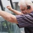 A képen Faragó György üvegező vállalkozó látható.