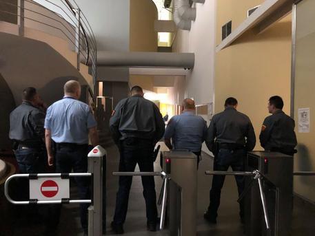 A biztonsági szolgálat az MTVA székházában Szél és Hadházy látogatásakor