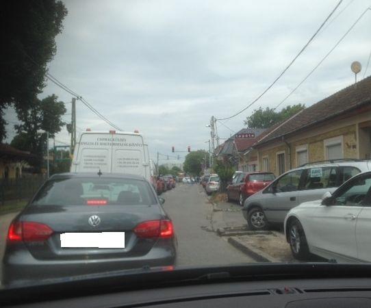 Várakoznak az egyenesen haladni akaró autók a Csillaghegy HÉV-állomásnál (fotó: ittlakunk.hu)
